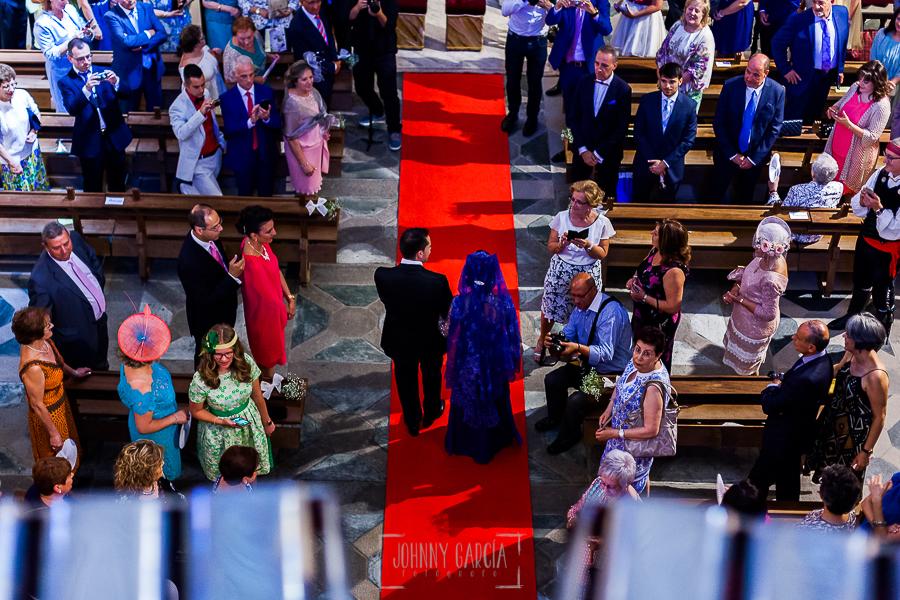Boda en Salamanca de Laura y Manu, realizada por el fotógrafo de bodas en Salamanca Johnny García, entrada a la iglesia de Manu con su madre