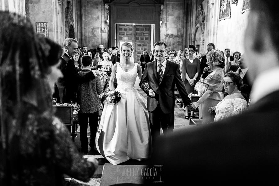 Boda en Salamanca de Laura y Manu, realizada por el fotógrafo de bodas en Salamanca Johnny García, Laura camino del altar del brazo de su padre