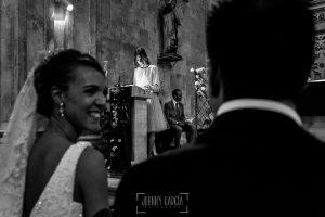 Boda en Salamanca de Laura y Manu, realizada por el fotógrafo de bodas en Salamanca Johnny García, una invitada recibe a los novios con una lectura