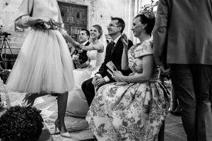 Boda en Salamanca de Laura y Manu, realizada por el fotógrafo de bodas en Salamanca Johnny García, Laura da la mano a la amiga que acaba de leer