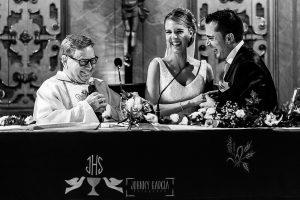 Boda en Salamanca de Laura y Manu, realizada por el fotógrafo de bodas en Salamanca Johnny García, Laura y Manu ante el sacerdote en el momento de ponerse los anillos sonriendo