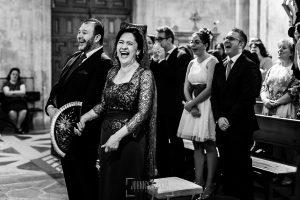 Boda en Salamanca de Laura y Manu, realizada por el fotógrafo de bodas en Salamanca Johnny García, padres e invitados sonrien durante la ceremonia