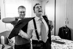 Boda en Salamanca de Laura y Manu, realizada por el fotógrafo de bodas en Salamanca Johnny García, Manu ríe con su hermano