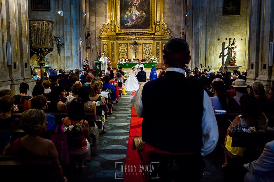 Boda en Salamanca de Laura y Manu, realizada por el fotógrafo de bodas en Salamanca Johnny García, el tamborilero toca en la ceremonia