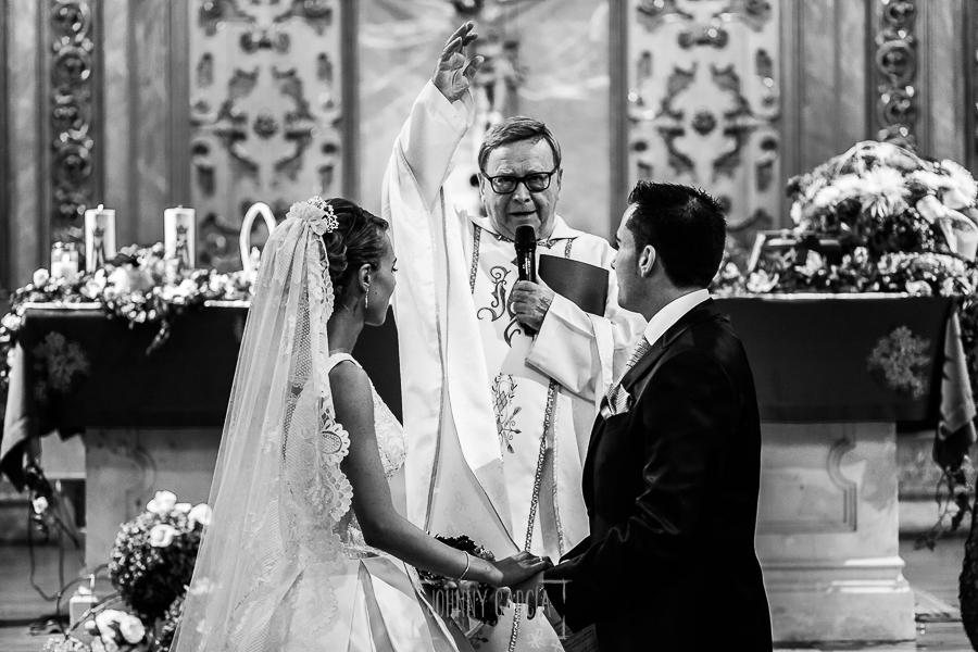 Boda en Salamanca de Laura y Manu, realizada por el fotógrafo de bodas en Salamanca Johnny García, el sacerdote bendice a los recién casados