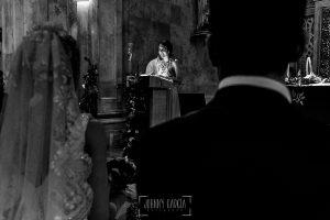 Boda en Salamanca de Laura y Manu, realizada por el fotógrafo de bodas en Salamanca Johnny García, una prima de Laura les lee un escrito