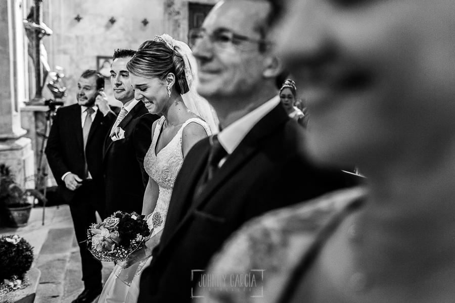 Boda en Salamanca de Laura y Manu, realizada por el fotógrafo de bodas en Salamanca Johnny García, Laura visiblemente emocionada ante la lectura de su prima