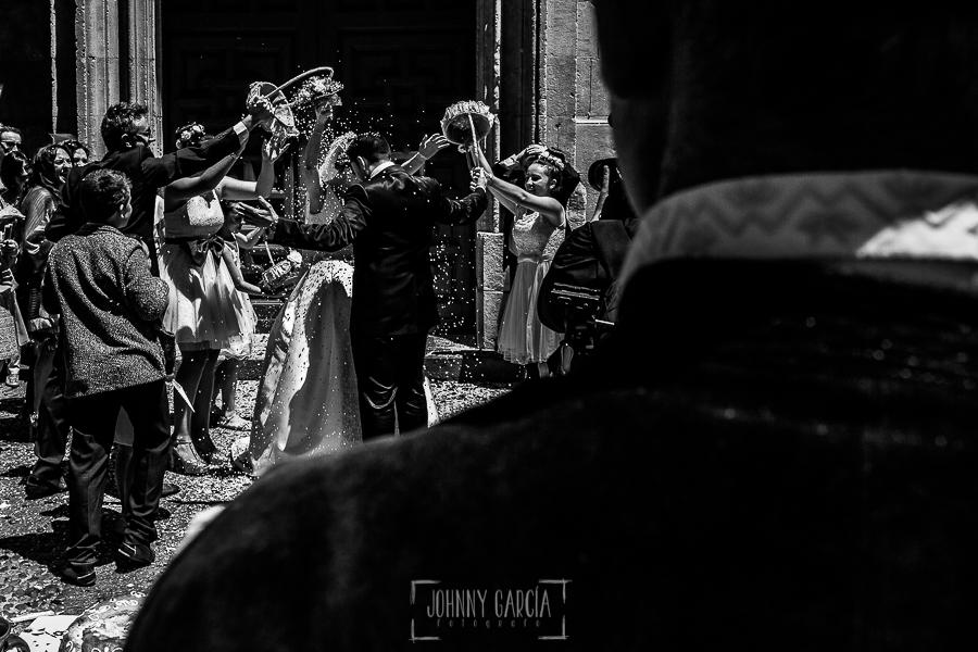 Boda en Salamanca de Laura y Manu, realizada por el fotógrafo de bodas en Salamanca Johnny García, momento de la salida de la iglesia de los novios con los invitados tirándoles arroz