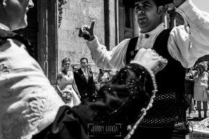 Boda en Salamanca de Laura y Manu, realizada por el fotógrafo de bodas en Salamanca Johnny García, Laura y Manu observan mientras dos invitados bailan el Baile de la Rosca