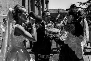 Boda en Salamanca de Laura y Manu, realizada por el fotógrafo de bodas en Salamanca Johnny García, Laura y Manu beben y comen la rosca y el vino