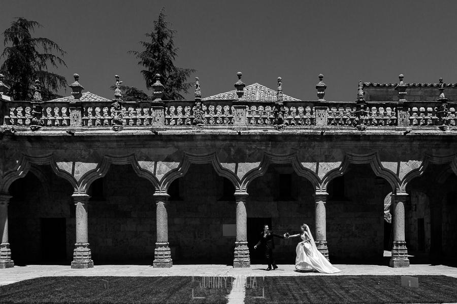 Boda en Salamanca de Laura y Manu, realizada por el fotógrafo de bodas en Salamanca Johnny García, una fotografía de la pareja en el Patio de Escuelas de la Universidad de Salamanca