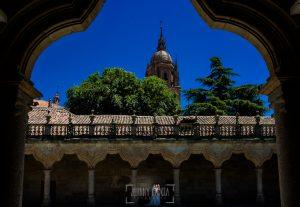 Boda en Salamanca de Laura y Manu, realizada por el fotógrafo de bodas en Salamanca Johnny García, una fotografía en el Patio de Escuelas, al fondo la torre de la Catedral de Salamanca