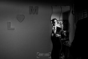 Boda en Salamanca de Laura y Manu, realizada por el fotógrafo de bodas en Salamanca Johnny García, Manu ya vestido mirandose al espejo
