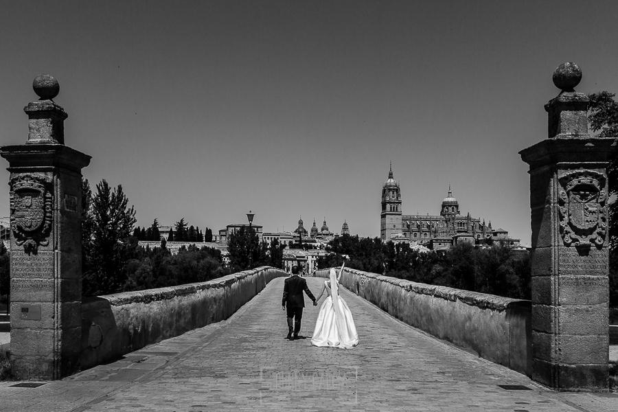 Boda en Salamanca de Laura y Manu, realizada por el fotógrafo de bodas en Salamanca Johnny García, Laura y Manu en el Puente Romano de Salamanca