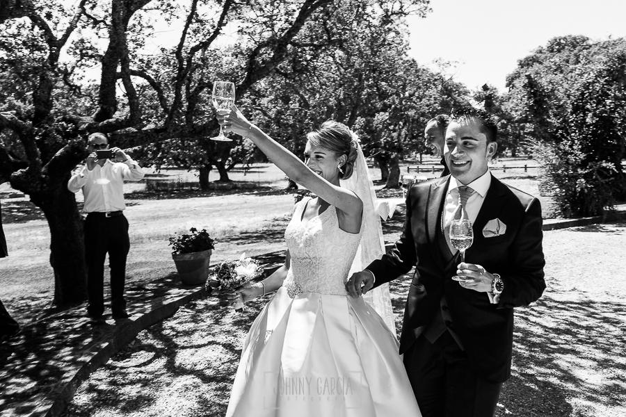 Boda en Salamanca de Laura y Manu, realizada por el fotógrafo de bodas en Salamanca Johnny García, la pareja brinda a la entrada del coctail