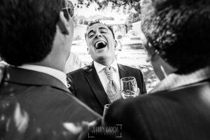 Boda en Salamanca de Laura y Manu, realizada por el fotógrafo de bodas en Salamanca Johnny García, Manu ríe junto a dos invitados