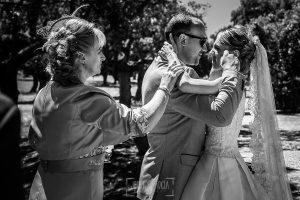 Boda en Salamanca de Laura y Manu, realizada por el fotógrafo de bodas en Salamanca Johnny García, Laura emocionada abraza a un familiar