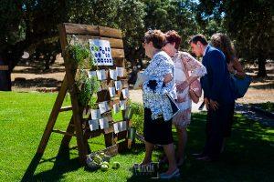 Boda en Salamanca de Laura y Manu, realizada por el fotógrafo de bodas en Salamanca Johnny García, invitados mirando el orden de las mesas