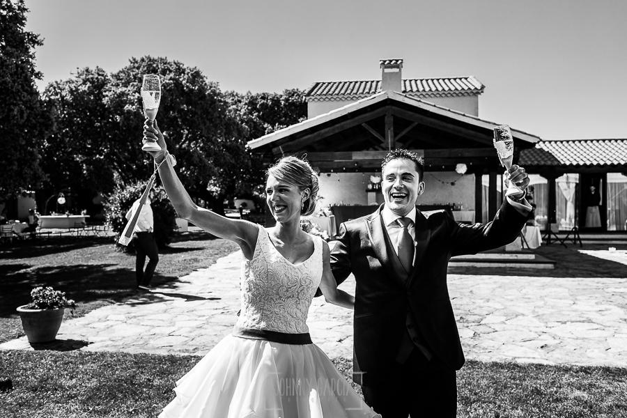 Boda en Salamanca de Laura y Manu, realizada por el fotógrafo de bodas en Salamanca Johnny García, la pareja brinda a la entrada del banquete