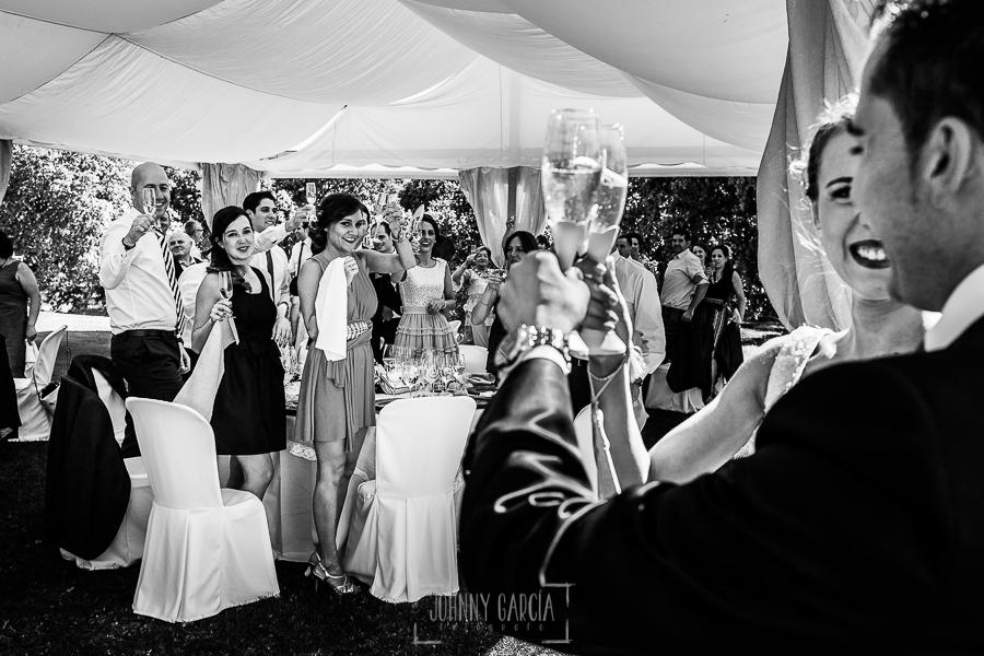 Boda en Salamanca de Laura y Manu, realizada por el fotógrafo de bodas en Salamanca Johnny García, los invitados se levantan a la entrada de los novios