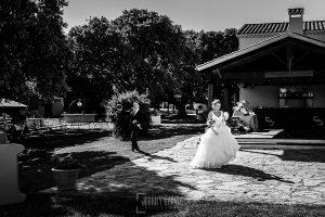 Boda en Salamanca de Laura y Manu, realizada por el fotógrafo de bodas en Salamanca Johnny García, Laura y Manu llegan a la carpa con dos ramos de flores