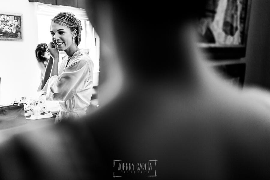 Boda en Salamanca de Laura y Manu, realizada por el fotógrafo de bodas en Salamanca Johnny García, Laura se pone los pendientes