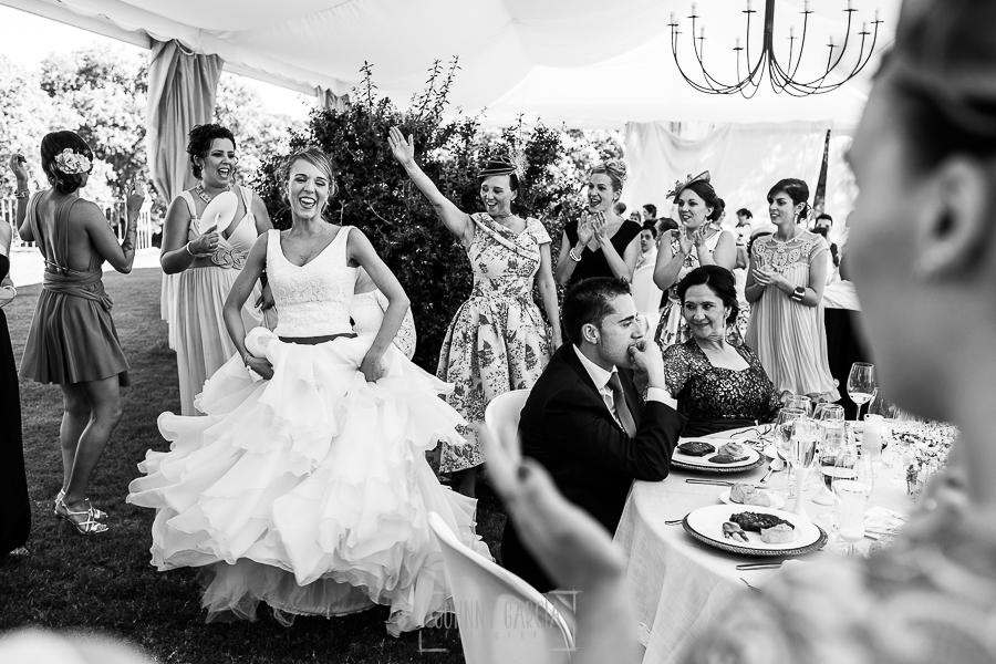 Boda en Salamanca de Laura y Manu, realizada por el fotógrafo de bodas en Salamanca Johnny García, Laura baila junto a la mesa presidencial