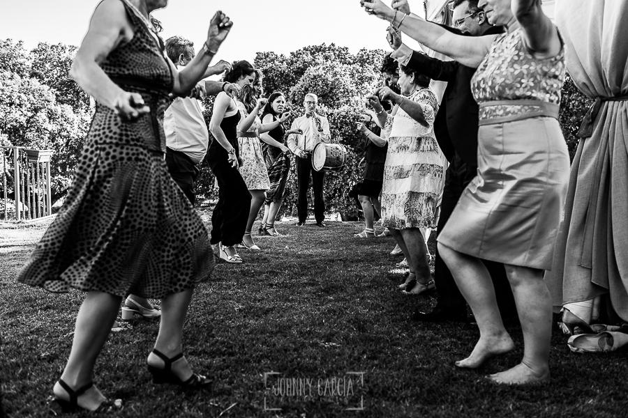 Boda en Salamanca de Laura y Manu, realizada por el fotógrafo de bodas en Salamanca Johnny García, los invitados bailando un baile típico