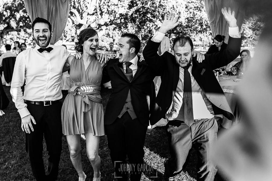 Boda en Salamanca de Laura y Manu, realizada por el fotógrafo de bodas en Salamanca Johnny García, Manu, su padre e invitados bailando