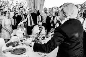 Boda en Salamanca de Laura y Manu, realizada por el fotógrafo de bodas en Salamanca Johnny García, Manu canta la canción del el botijo