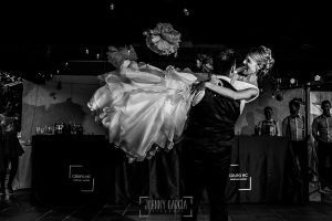 Boda en Salamanca de Laura y Manu, realizada por el fotógrafo de bodas en Salamanca Johnny García, baile nupcial de la pareja