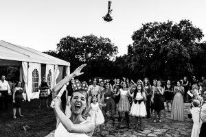 Boda en Salamanca de Laura y Manu, realizada por el fotógrafo de bodas en Salamanca Johnny García, Laura tira su ramo de novia
