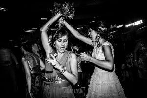 Boda en Salamanca de Laura y Manu, realizada por el fotógrafo de bodas en Salamanca Johnny García, invitados bailando en la fiesta