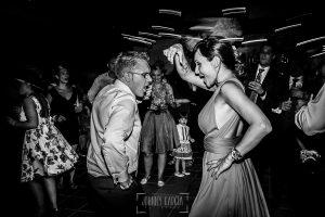 Boda en Salamanca de Laura y Manu, realizada por el fotógrafo de bodas en Salamanca Johnny García, una pareja en la fiesta