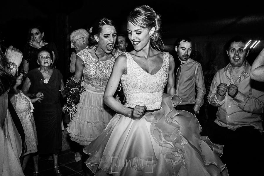 Boda en Salamanca de Laura y Manu, realizada por el fotógrafo de bodas en Salamanca Johnny García, Laura junto a invitados en la fiesta