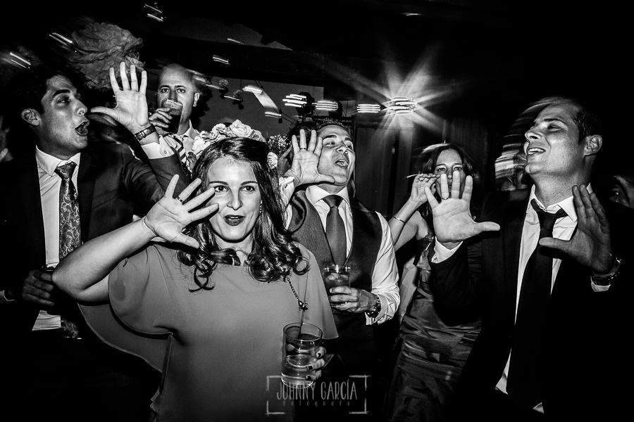 Boda en Salamanca de Laura y Manu, realizada por el fotógrafo de bodas en Salamanca Johnny García, varios invitados cantan y bailan