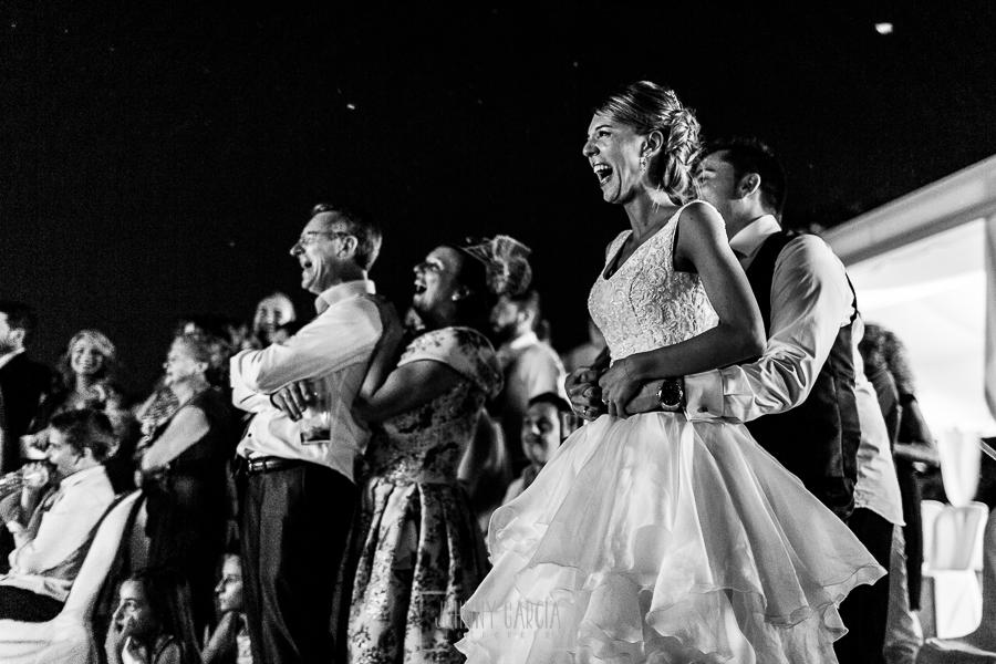 Boda en Salamanca de Laura y Manu, realizada por el fotógrafo de bodas en Salamanca Johnny García, novios e invitados ríen en la proyección de un video