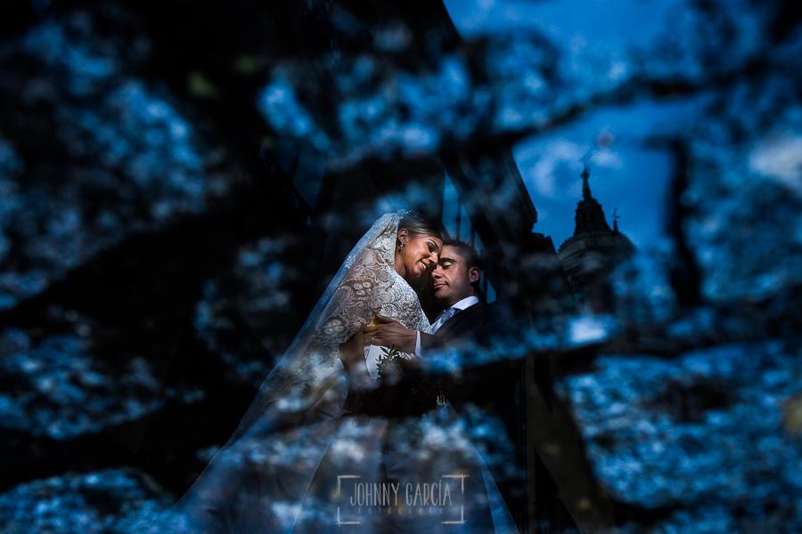 Boda en Salamanca de Laura y Manu, realizada por el fotógrafo de bodas en Salamanca Johnny García, los novios reflejados en un charco por las calles de Salamanca