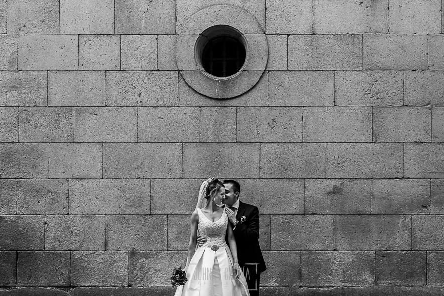 Boda en Salamanca de Laura y Manu, realizada por el fotógrafo de bodas en Salamanca Johnny García, retrato de los novios en una fachada de piedra