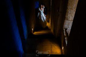 Boda en Salamanca de Laura y Manu, realizada por el fotógrafo de bodas en Salamanca Johnny García, la pareja en un pasillo de la Catedral de Salamanca