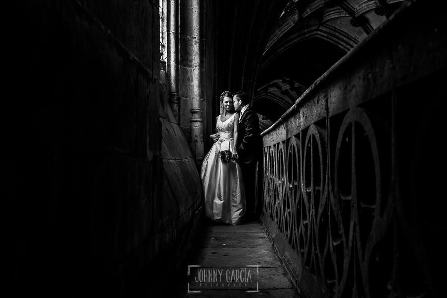 Boda en Salamanca de Laura y Manu, realizada por el fotógrafo de bodas en Salamanca Johnny García, la pareja en lo alto del coro de la Catedral de Salamanca