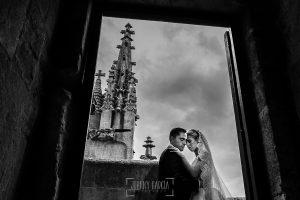 Boda en Salamanca de Laura y Manu, realizada por el fotógrafo de bodas en Salamanca Johnny García, un retrato de la pareja en lo alto de la catedral