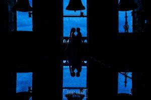 Boda en Salamanca de Laura y Manu, realizada por el fotógrafo de bodas en Salamanca Johnny García, fotografía de la pareja en el campanario de la Catedral de Salamanca
