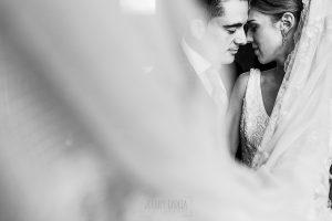 Boda en Salamanca de Laura y Manu, realizada por el fotógrafo de bodas en Salamanca Johnny García, un retrato de la pareja entre el velo de la novia
