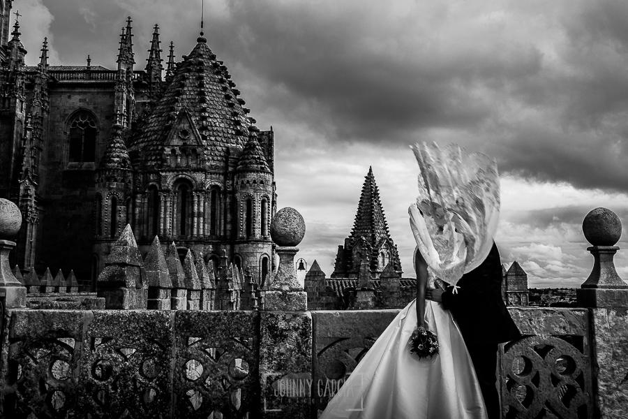 Boda en Salamanca de Laura y Manu, realizada por el fotógrafo de bodas en Salamanca Johnny García, la pareja en lo alto de la torre de la catedral