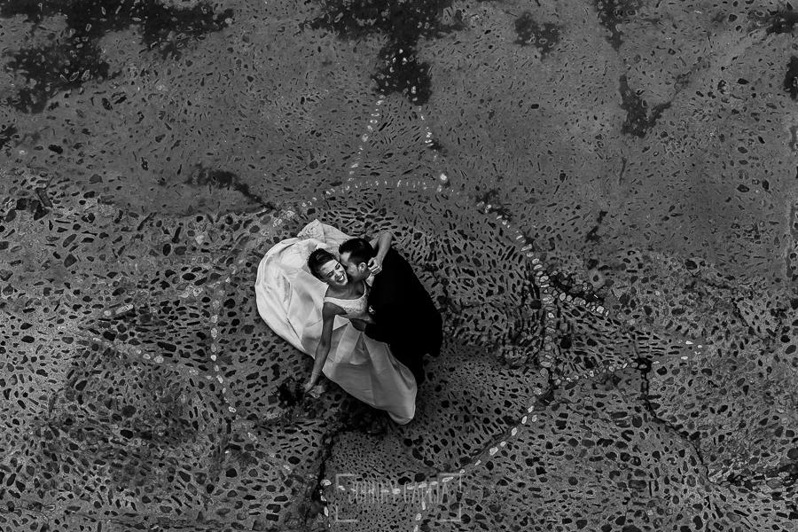 Boda en Salamanca de Laura y Manu, realizada por el fotógrafo de bodas en Salamanca Johnny García, Laura y Manu en la calle fotografiados desde lo alto de la catedral