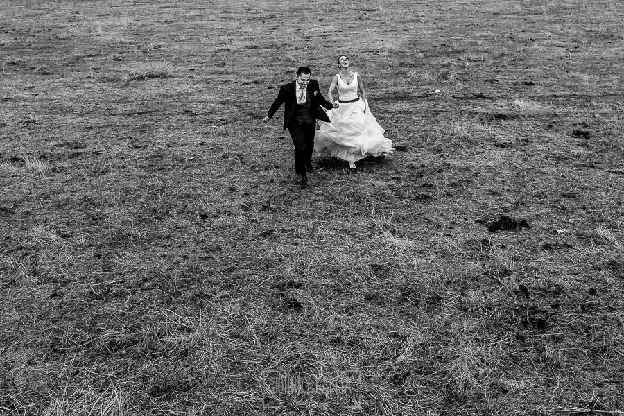 Boda en Salamanca de Laura y Manu, realizada por el fotógrafo de bodas en Salamanca Johnny García, Laura y Manu corren por un campo en Salamanca