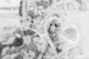 Boda en Salamanca de Laura y Manu, realizada por el fotógrafo de bodas en Salamanca Johnny García, retrato de Laura a través de un paraguas con dibujos de corazón