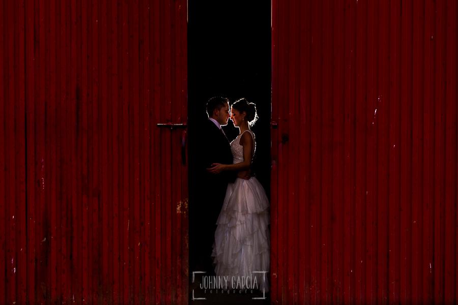 Boda en Salamanca de Laura y Manu, realizada por el fotógrafo de bodas en Salamanca Johnny García, la pareja entrando al establo en una finca de Salamanca