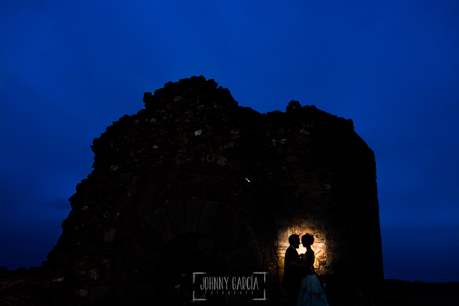 Boda en Salamanca de Laura y Manu, realizada por el fotógrafo de bodas en Salamanca Johnny García, retrato nocturno de la pareja